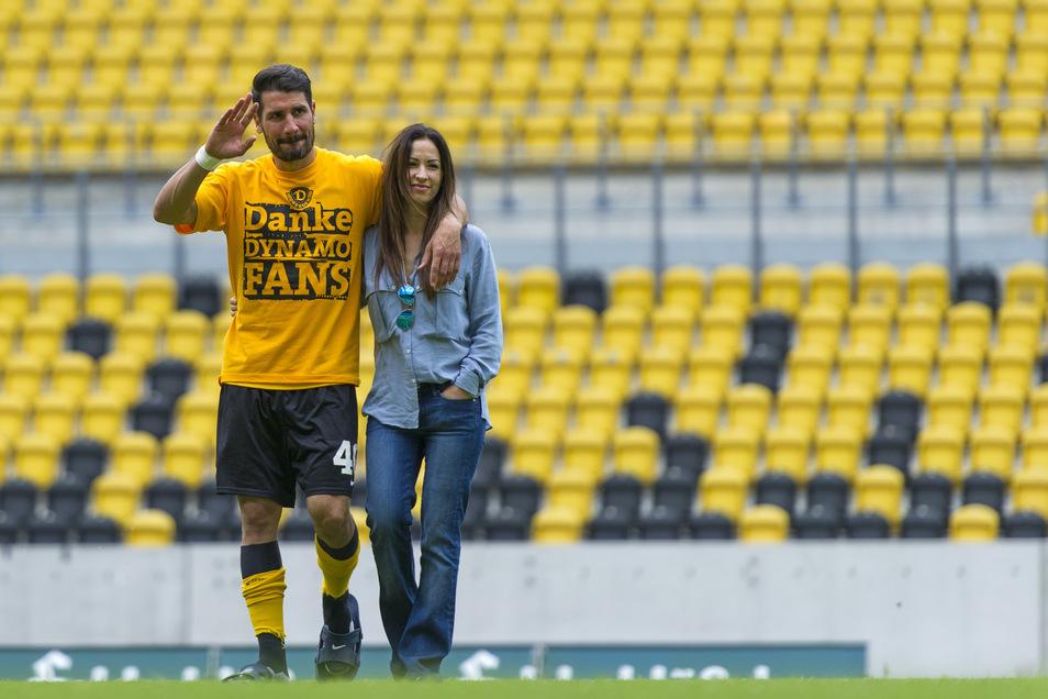 """Nach seinem letzten Spiel für Dynamo geht Cristian Fiel mit seiner Frau Diana über den Rasen im Rudolf-Harbig-Stadion, bedankt sich emotional bei den Fans, die ihn als einen """"Fußballgott"""" verehren. Er lebt mit seiner Frau und den beiden Kindern in Dresden"""