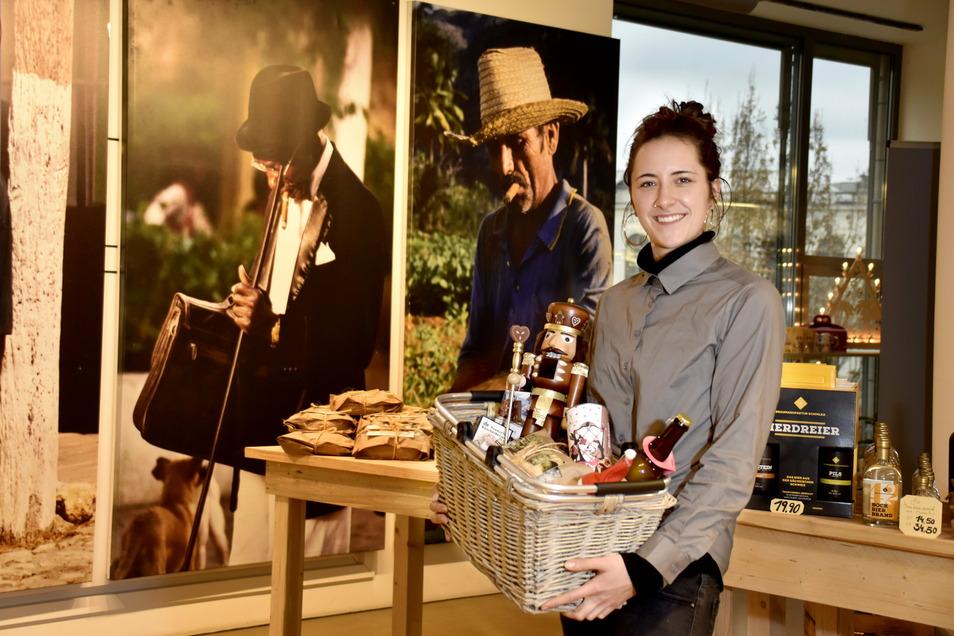 Schokolade, Holzkunst und Bonbons: Agnes Janotte zeigt, was es im Dresdner Weihnachtskaufhaus gibt.