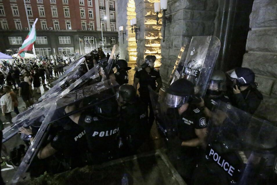 Demonstranten stoßen vor dem Gebäude der Nationalversammlung mit der Polizei zusammen.