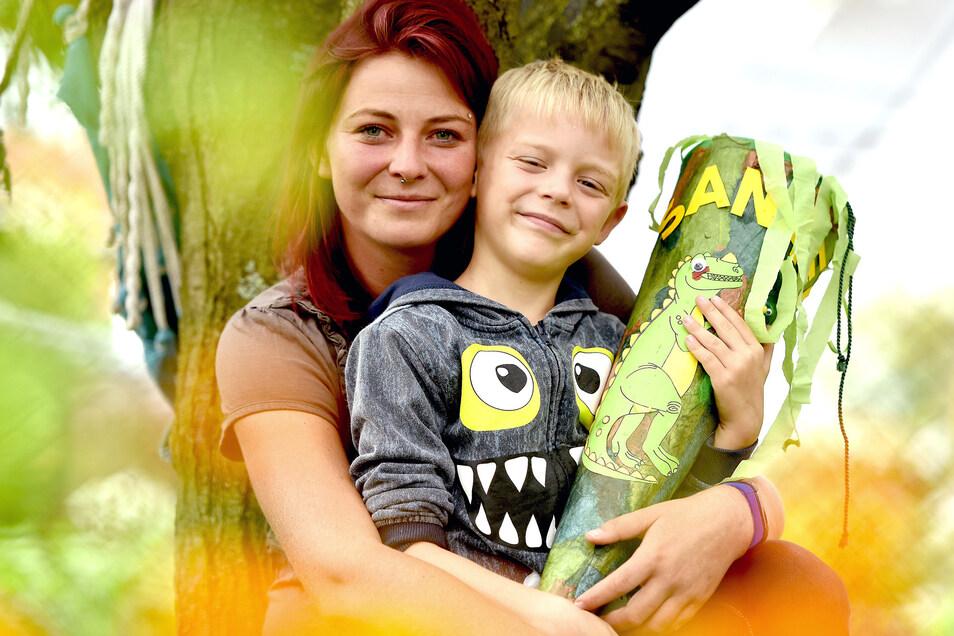 Carola Jänsch und ihr Sohn Sanael. Der Siebenjährige ist Autist und braucht ab Montag eine Schulbegleitung.