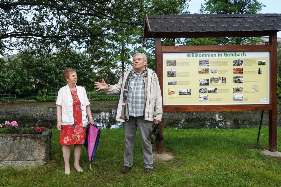 Gerald Heusinger und seine Frau Gisela haben sich für das Aufstellen einer Infotafel über die Ortsgeschichte von Goldbach engagiert.