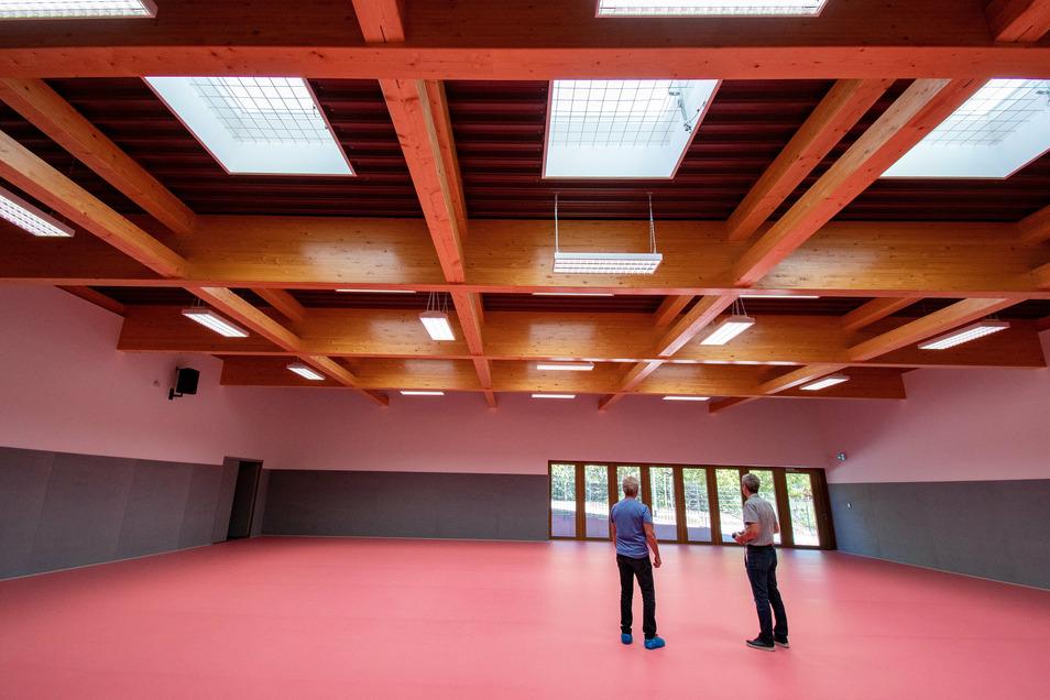 Einen besonderen Charakter bekommt sie durch die Dachkonstruktion aus Leimholzbindern. Belüftet wird sich durch Oberlichter, beheizt durch eine Fußbodenheizung.