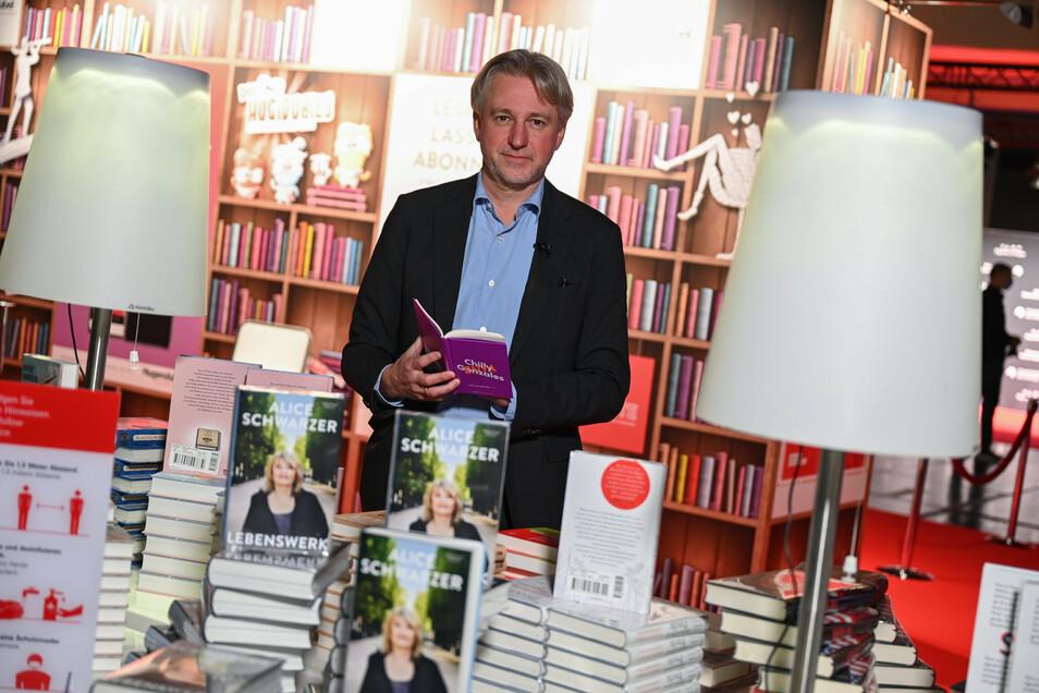 Juergen Boos, Direktor der Frankfurter Buchmesse, steht an einem Buchstand in der Festhalle. Die coronabedingte Sonderausgabe 2020 der Buchmesse findet vom 14. bis 18. Oktober statt.