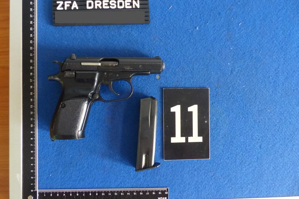 Und eine Schusswaffe mit Patronen.