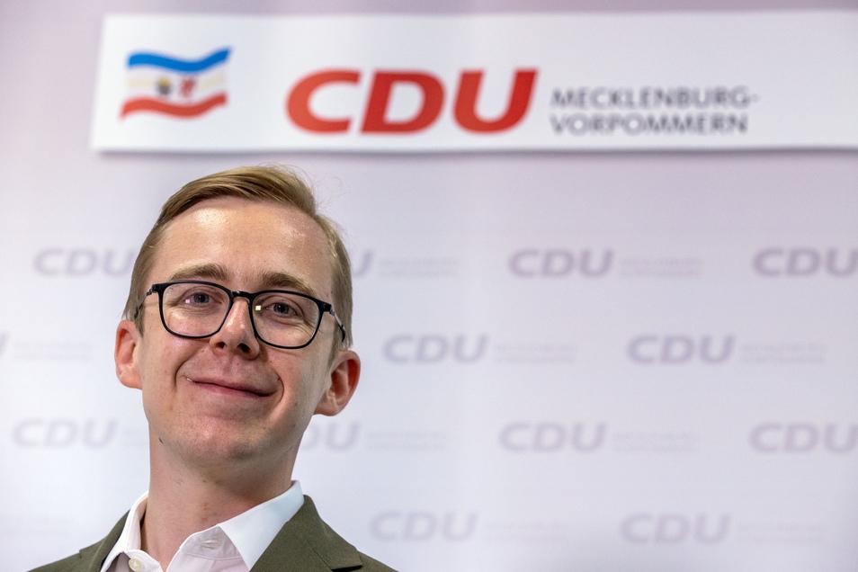 Ein gemeinsames Foto mit zwei Männern hat den CDU-Bundestagsabgeordneten Philipp Amthor in Erklärungsnot gebracht.