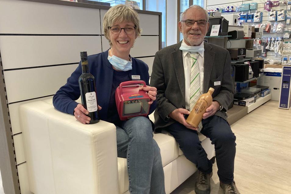 Susanne Münnich und ihr Vater Hartmut feiern den 30. Geburtstag ihres Geschäfts. Und dabei kommen einige Erinnerungsstücke zu Tage - etwa ein pinkfarbener Minifernseher und eine historische Schnaps-Flasche.