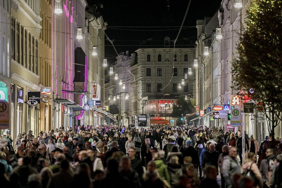 So voll kann es im Landkreis sein: Hier beim Lichterglanzfest 2018 in der Görlitzer Innenstadt. Doch der Blick in die Berliner Straße täuscht darüber hinweg, dass die Einwohnerzahl im Kreis sinkt.