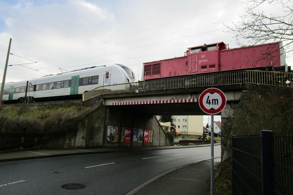 Wegen eines Oberleitungsschadens musste am Morgen ein Triebwagen der Mitteldeutschen Regionalbahn in Stauchitz abgeschleppt werden.