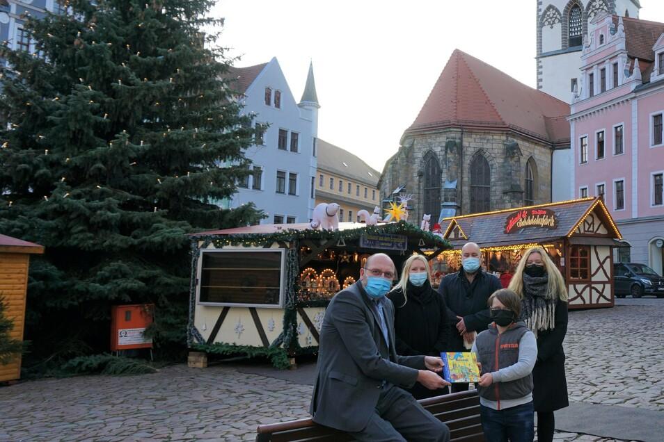 Oberbürgermeister Olaf Raschke erhielt gestern das erste Exemplar des sagenumwobenen Buches.