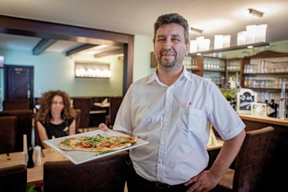Torsten Scholz präsentiert hier seine neueste Kreation - die Pinsa. Eine Pizza, deren Teig aus verschiedenen gesunden Mehlsorten hergestellt wird und 120 Stunden gehen muss. Zum 30. Geschäftsjubiläum hält er aber noch mehr Leckereien bereit.