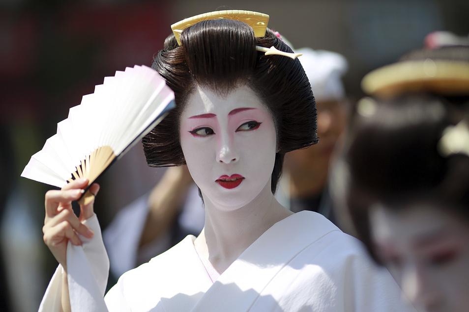 Im Westen hält sich noch immer ein falsches Bild von einer Geisha als Prostituierte. Tatsächlich sind Geishas heutzutage Bewahrerinnen anspruchsvoller Kunst, die eine lange und harte Ausbildung durchlaufen.