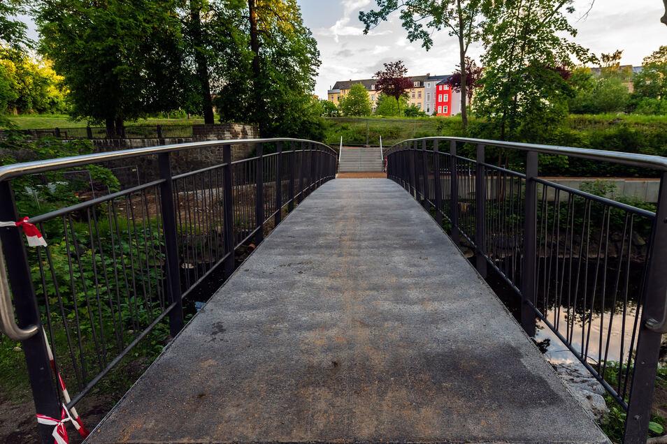 Die Fußgängerbrücke an der Verlegervilla wird längst genutzt. Jetzt soll der angrenzende Park einen Namen bekommen.