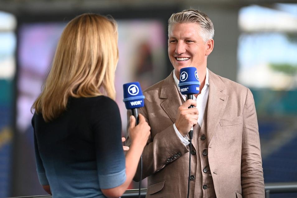 Jessy Welmer und Bastian Schweinsteiger, TV-Experte der ARD, moderierten den Auftakt zur EM.