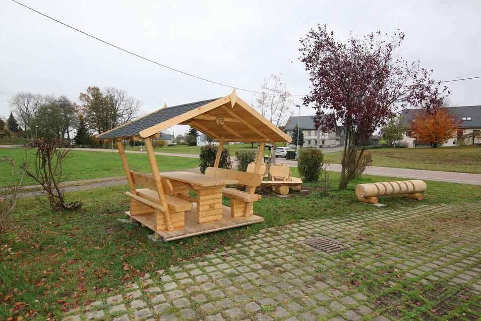 Der Feuerwehrverein hat neben dem Feuerwehr- und Dorfgemeinschaftshaus einen Rastplatz geschaffen.