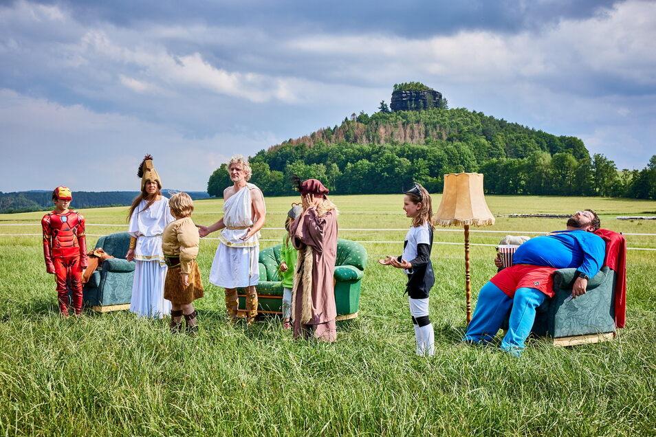 Der Zirkelstein als Kulisse fürs Landschaftstheater in Schöna: Szene mit Gundolf, Berta, Götter und Heldinnen und Sebastian Lachnitt als Supermann.
