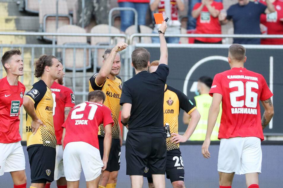 Platzverweis für Paul Will. Der Schiedsrichter zeigt dem Neuzugang (verdeckt) nach einem Handspiel die Gelb-Rote Karte.