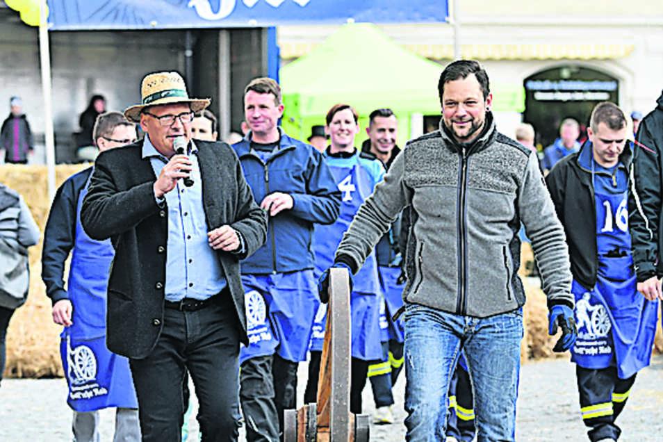Moderator Mirko Biebaß (links) animierte auch Besucher, einmal am Rad zu drehen.