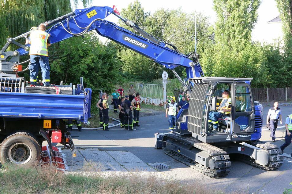 Mithilfe eines größeren Baggers haben Ehrenamtliche des Technischen Hilfswerkes Döbeln, Freiberg und Chemnitz am 21. August noch die gesamte Nacht über kontaminiertes Material auf dem Gelände der ehemaligen Schnallenfabrik in Leisnig ausgebaggert. Für ein