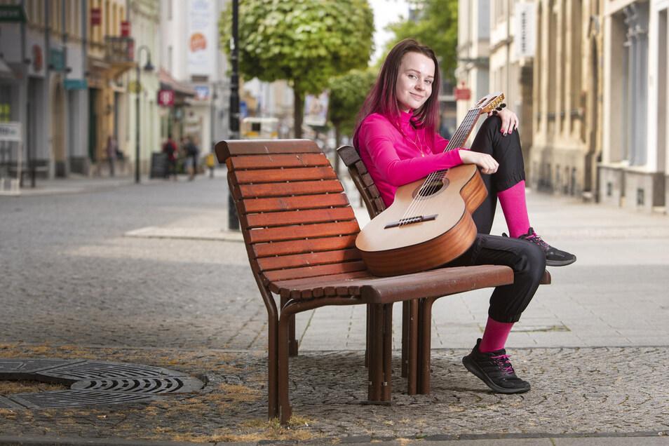 Lilly Mizar mit ihrer Gitarre auf dem Boulevard: Die 15-jährige Riesaerin will mit ihrer ersten Single viele Fans gewinnen. Dass ihre Stimme ankommt, zeigt unter anderem ein im April veröffentlichtes Video.