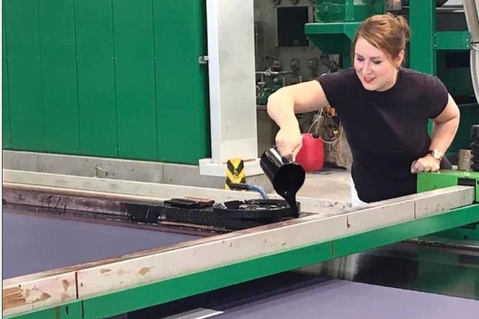 Kristin Franke bei Sachsen Fahnen. Sie probiert selbst einen Arbeitsgang aus.