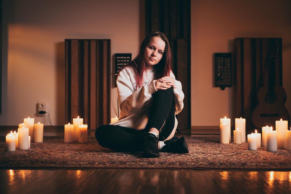 Sängerin Lilly Mizar bringt am Freitag ihre zweite Single heraus. Das Lied hat sie selbst geschrieben. Die 15-jährige Riesaerin heißt wirklich Lilly – Mizar allerdings ist ein Künstlername.