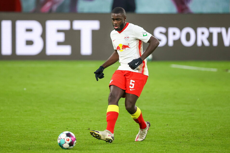 Eigentlich Stammspieler und Abwehrchef: Dayot Upamecano saß gegen Augsburg nur auf der Bank. Mit seinem Wechsel nach München habe das aber nichts zu tun, erklärte RB-Sportdirektor Markus Krösche.