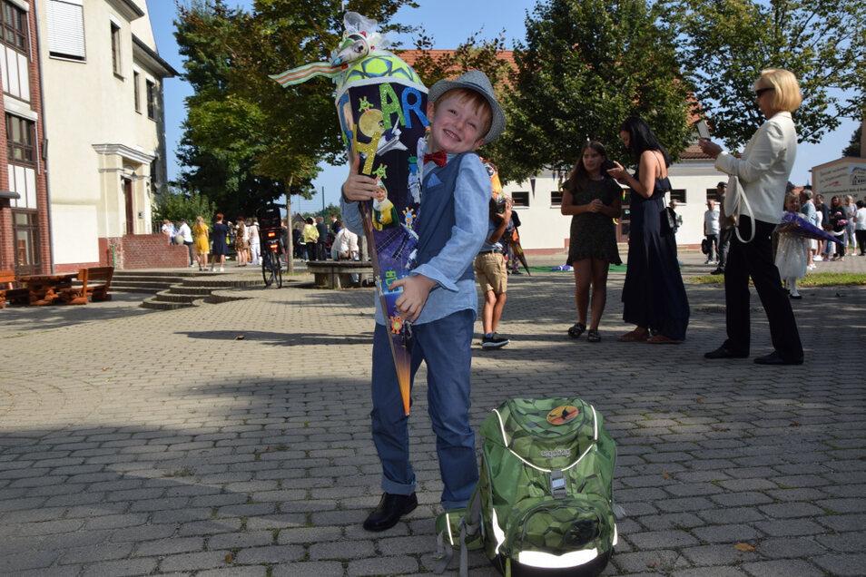 """Charlie freute sich über die riesige Zuckertüte. Am Samstag wurde er in der Grundschule """"Am Park"""" in Hoyerswerda eingeschult."""
