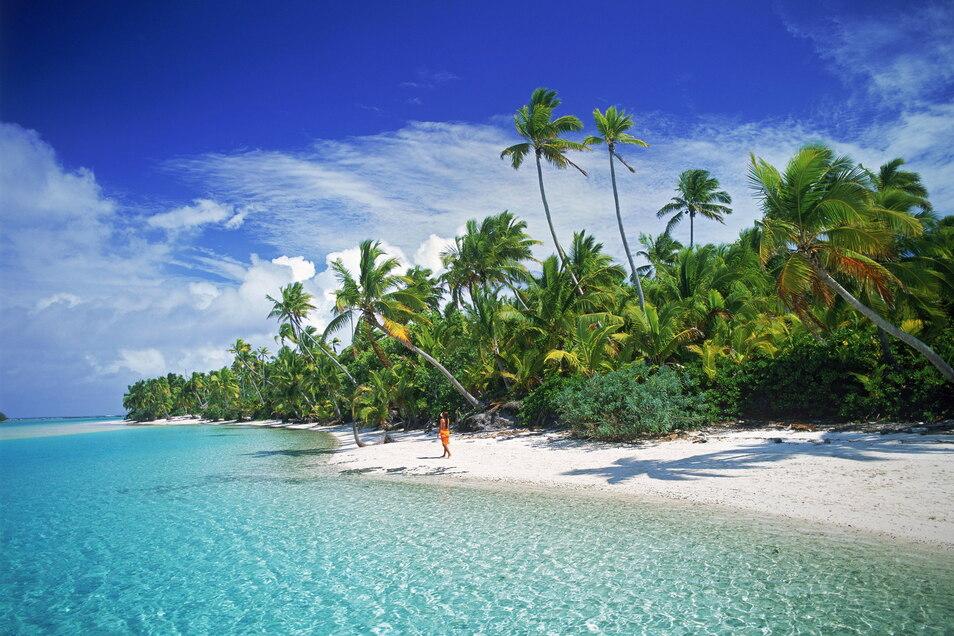 Eine Frau geht am Sandstrand der Cook-Insel Aitutaki entlang: Immer mehr deutsche Rentner suchen ihr Glück im Ausland - und nehmen teils hohe Renten dorthin mit.