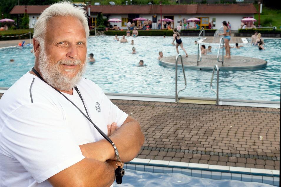 Uwe Nescheida ist seit 18 Jahren Schwimmmeister im Erlebnisbad Rathewalde.