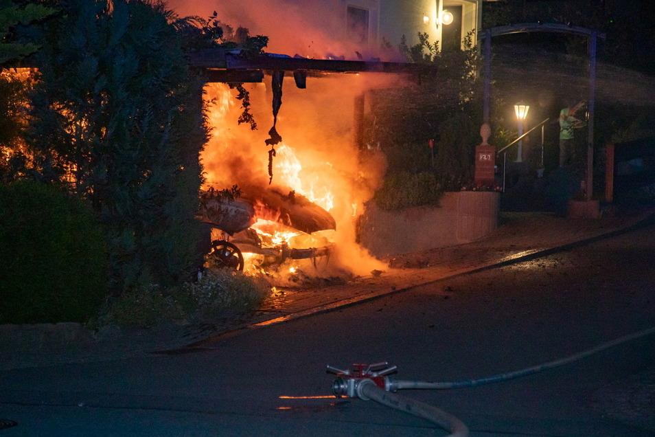 Der Seat, der in einem Carport in Putzkau stand, brannte lichterloh. Die Flammen waren weithin sichtbar.