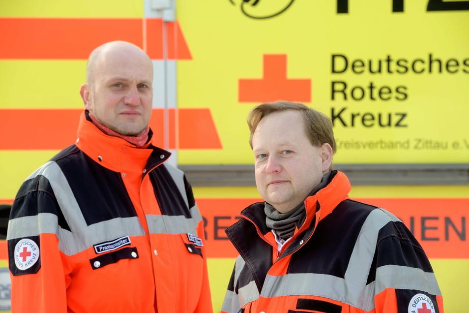 Notfallsanitäter Maik Töpler (l.) und sein Kollege Michael Steudtner von der DRK-Rettungswache in Zittau erleben bei ihren Einsätzen immer wieder verbale und tätliche Gewalt.