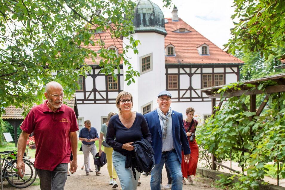 Tourismusministerin Barbara Klepsch (M.) ließ sich bei ihrem Besuch in Radebeul von Geschäftsführer Jörg Hahn (r.) das Weingut Hoflößnitz mit dem Lust- und Berghaus zeigen sowie von Frank Teubert (l.) durch die Weinlage Goldener Wagen führen.