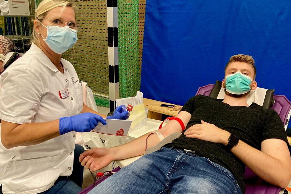 Sowohl die Spender als auch die Mitarbeiter des Blutspendedienstes müssen einen Mund-Nase-Schutz tragen.