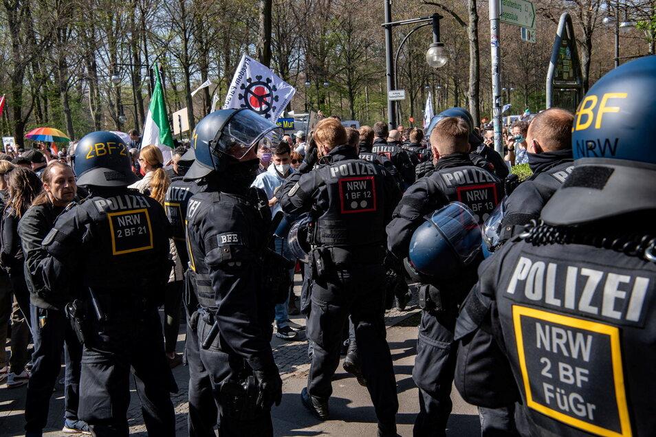 Nahe dem Reichstagsgebäude in Berlin demonstrierten am Mittwoch mehr als 8.000 Gegnern der Corona-Maßnahmen.