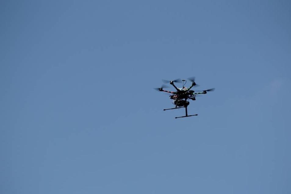 Dieses Fluggerät mit acht Rotoren hat aus einer Höhe zwischen 15 und 100 Metern fotografiert.