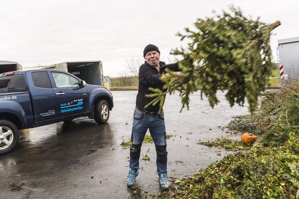 Andreas Schmidt wird auf dem Wertstoffhof in Groptitz seinen Weihnachtsbaum los.