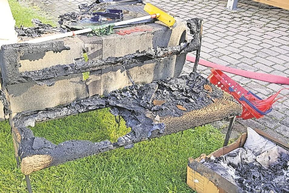 Das sind die Reste der Bank, die in der Werkstatt stand.