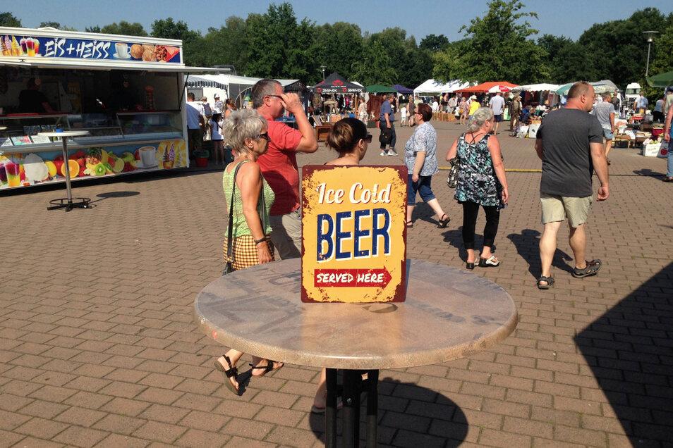 Stärkstes Argument für eine Rast – allein, es war nur ein auf dem Trödelmarkt am Hoyerswerdaer Festplatz am Gondelteich feilgebotenes Schild. Ohne Bier-Zugabe.
