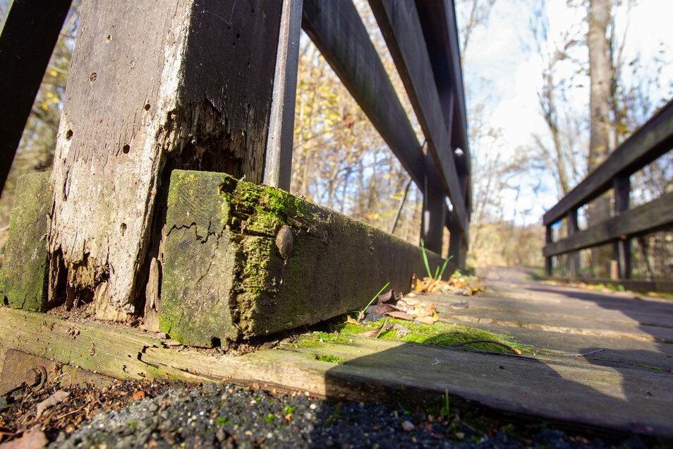 Bereits mehrmals reparierte der Wilsdruffer Bauhof die Brücke, jetzt ist nichts mehr zu retten.