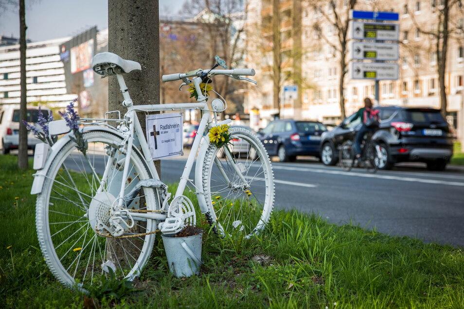 Solche weißen Fahrräder erinnern an Radfahrer, die bei Unfällen ums Leben gekommen sind - dieses hier an eine Frau, die im August 2018 auf der St. Petersburger Straße verunglückt ist.