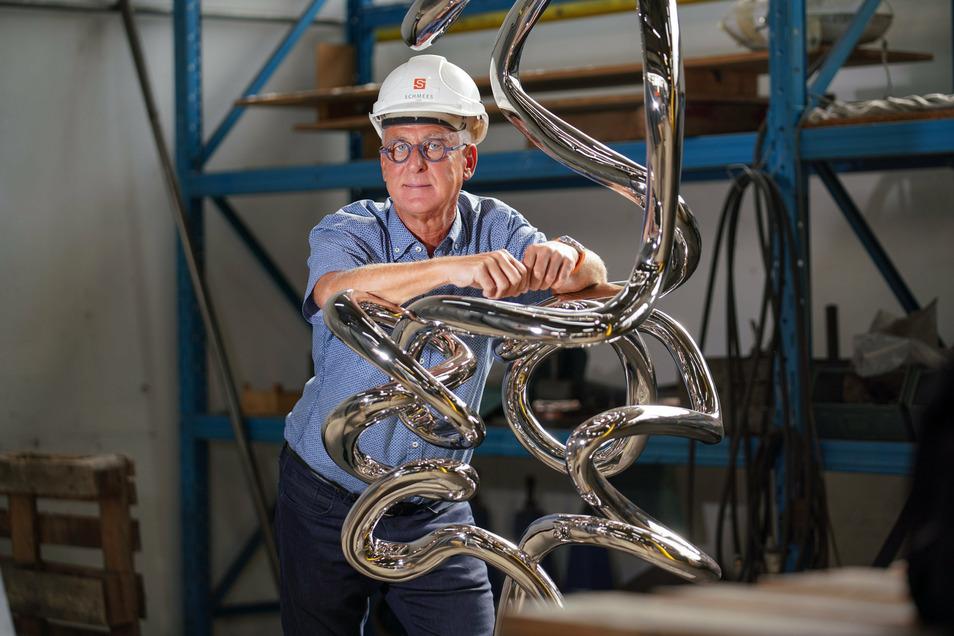 """Clemens Schmees ist der Chef des Werkes - hier mit einer Miniaturversion ihrer Skulptur """"Pendulum""""."""