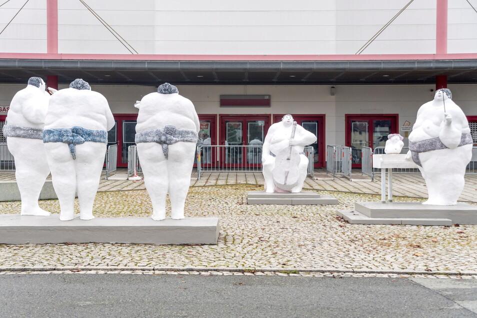 Die fünf Sumofiguren prägen das Bild vor der Sachsenarena. Zuletzt waren sie sanierungsbedürftig. Die Reparatur ist nun tatsächlich passiert.