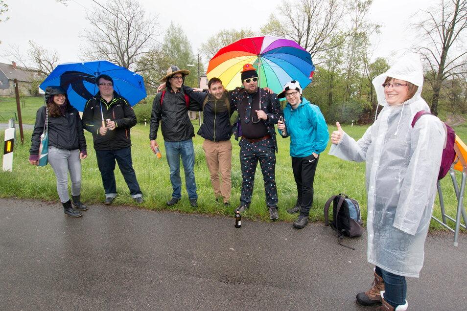 Die lustige Wandergruppe aus Hartha lässt sich vom schlechten Wetter nicht abhalten.
