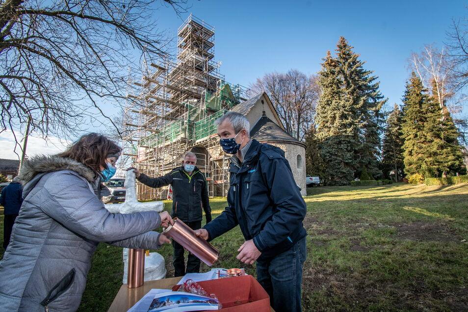 Die Hülse der neuen Turmkugel haben Pfarrerin Katja Schulze und der langjährige Kirchenvorstand Bernd Eulitz mit Dokumenten wie Tageszeitung, Münzen und Bauberichten gefüllt.
