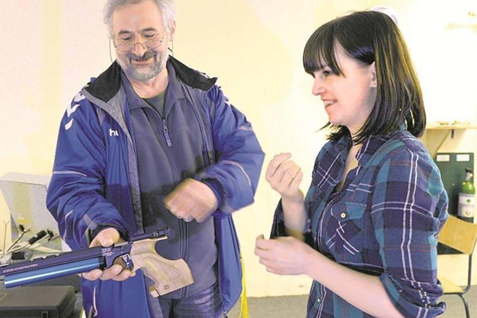Trainer Peter Frohberg zeigt der Autorin das Laden der Luftpistole.