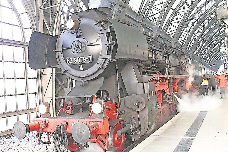 Der 52 8079-7 zieht unermüdlich historische Sonderzüge durch Deutschland, auch für den LDC. Die Lokomotive gehören der Wedler & Franz Logistik Potsdam.