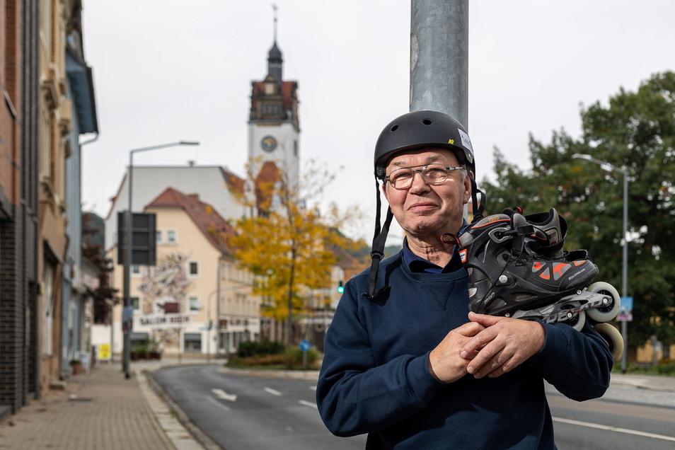 Hans-Jürgen Burkhardt vom Verein Dresdner Nachtskaten bereitet die Veranstaltung in Freital vor.