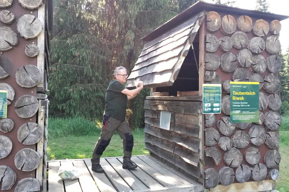Alles schick im Schlafgemach? Hüttenwart Jens Dzikowski kontrolliert den Biwakplatz am Taubenteich.