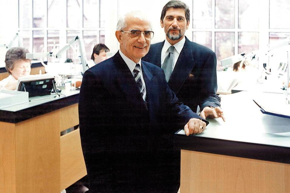Günter Blümlein und Walter Lange in der Montageabteilung der Manufaktur, 1994