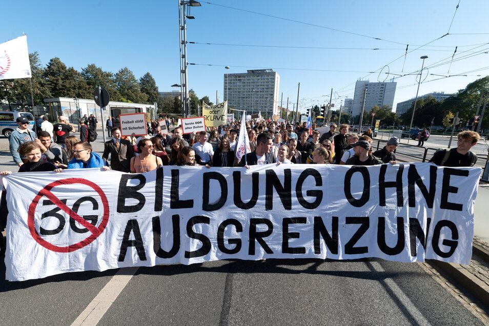 """Unter dem Motto """"Bildung ohne Ausgrenzung"""" zog die Demo vom Friedrich-List-Platz los in Richtung Innenstadt."""